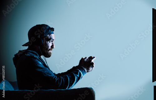 Gamer vor einem Fernseher Poster
