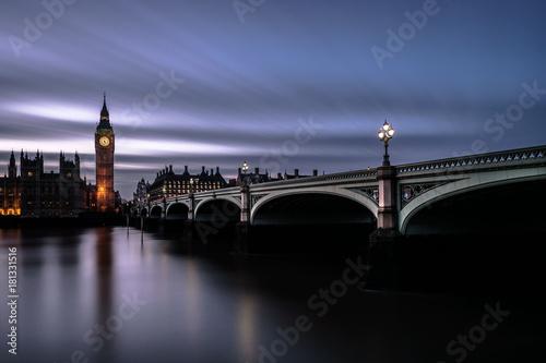 In de dag London Westminster Bridge and Big Ben at night. Houses of Parliament at dusk. Long exposure
