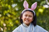 Mädchen als Hase mit Hasenohren - 181367943
