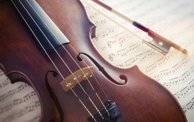 Violine mit Bogen auf Notenblättern