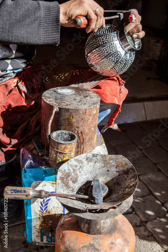 Papiers peints Maroc Mann schmiedet Marokkanische Laterne in Handarbeit