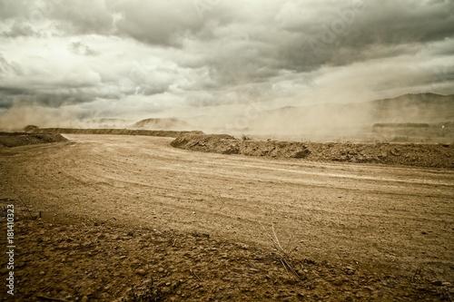 Foto Murales carretera de tierra con polvo por el viento un dia nublado