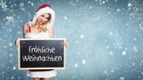 Weihnachtsfrau mit Kreidetafel und Botschaft