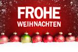 Weihnachtskugeln im Schnee vor rotem Hintergrund mit
