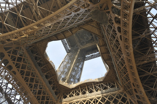 mata magnetyczna Straight up view of the Eifel Tower