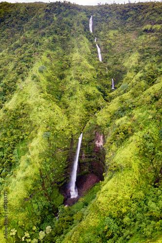 Luftaufnahme von Wasserfällen im Landesinneren von Kauai, Hawaii, USA. - 181453771