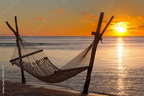 Deurstickers Zee zonsondergang Hängematte am Strand vor dem Sonnenuntergang in Le Morne, Mauritius, Afrika.