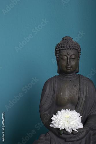 Foto op Aluminium Boeddha Buddhastatue vor blauem Grund