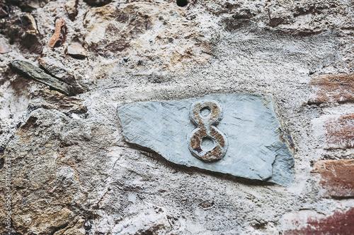 Plaque en pierre indiquant le numéro de maison