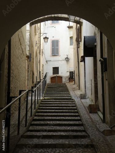 Tuinposter Smal steegje An Alley in Spoleto, Italy