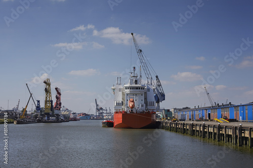 Foto op Aluminium Rotterdam industrial ship at a sunny day get unloaded in the port of rotterdam