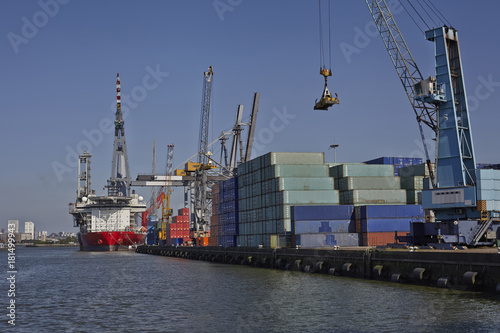 Fotobehang Rotterdam big container ships with cranes in the harbor of rotterdam