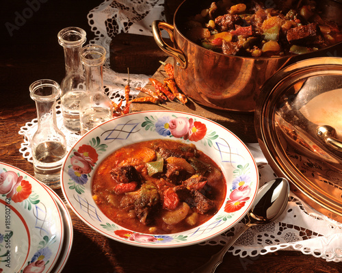 Foto op Aluminium Hot chili peppers stillleben ungarisches gulasch