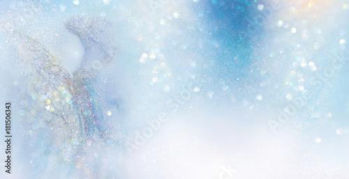 Engel in abstrakter hell erleuchteter winterlicher Szenerie - 181506343