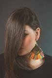 Młoda stylowa kobieta z pięknym kolczykiem
