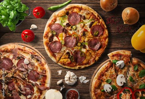Papiers peints Pizzeria Pizza na drewnianym stole
