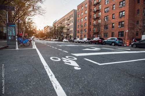 In de dag New York New York City Uptown street with residential building and bicycle road