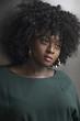 Hermosa Mujer negra y elegante pensativa