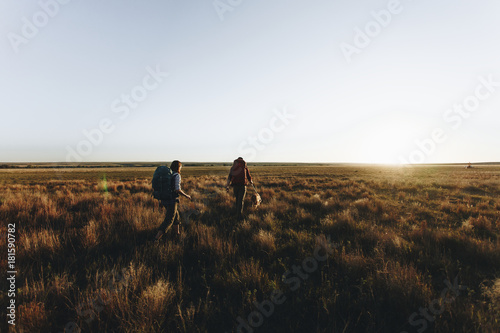 Foto op Canvas Hoogte schaal Couple hiking together in the wilderness