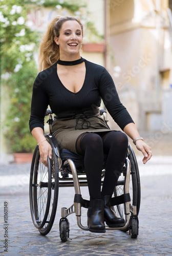 f01c415e1b0e Ragazza sorridente in sedia a rotelle