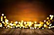 Festlicher Hintergrund aus Holz und Lichtern, warme Farben, mit Textfreiraum - 181608964