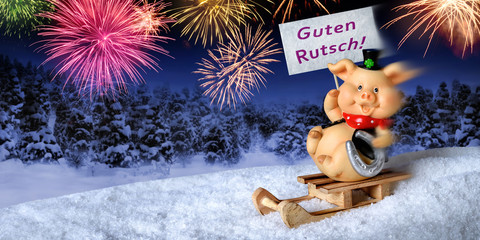 Glücksschwein auf Schlitten wünscht einen guten Rutsch ins neue Jahr