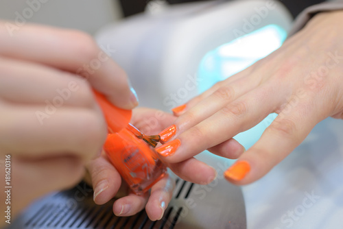 In de dag Spa woman having her nails painted