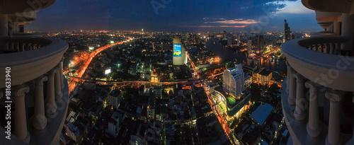 Staande foto Bangkok Panoramaaufnahme von Bangkok bei sonnenuntergang von sehr hohem Standpunkt mit bunten Straßenlichtern fotografiert in Thailand im November 2013