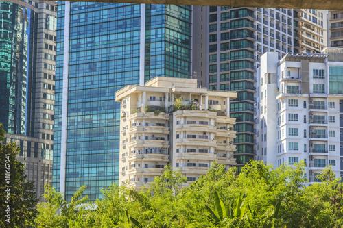 Aufnahme eines Appartmentgebäudes vor der beeindruckenden Fassadenfront des Geschäftsbezirkes von Kuala Lumpur fotografiert tagsüber in Malaysia im November 2013