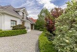 Driveway to mansion with garden - 181750916