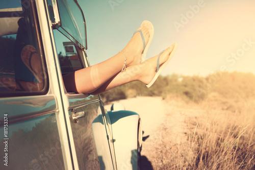 Nogi dziewczyny w samochodzie