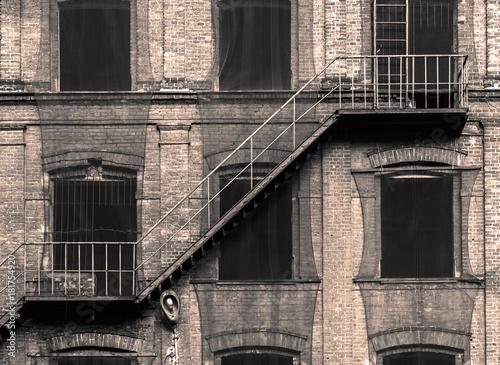 Stara fabryka i schody przeciwpożarowe, w stylu retro - 181754920