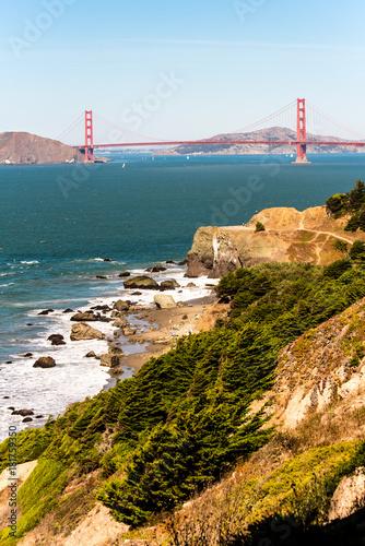 Plexiglas San Francisco Golden Gate Bridge in San Francisco mit Küste und Felsen