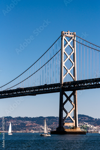 Bay Bridge in San Francisco und Segelboote Poster
