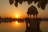 Soleil levant sur les monuments du lac à Jaisalmer