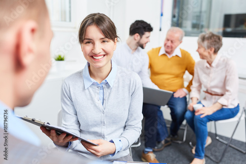 Papiers peints Echelle de hauteur Junge Geschäftsfrau in einem Meeting
