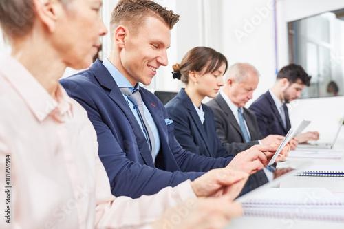Fototapeta Geschäftsleute arbeiten und lernen zusammen