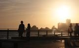 balade sur le remblai des sables d'olonne,en vendée,au coucher du soleil - 181830598