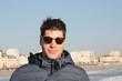 jeune homme,détente en bord de mer,heureux,