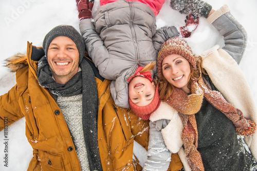 rodzina zima leży w śniegu