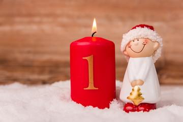Kerze zum Advent mit der Ziffer 1 © ajlatan