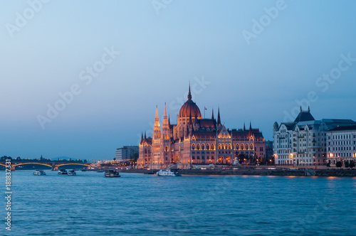 In de dag Boedapest Budapest parliament building at dusk