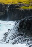 cascade falaise océan tempête élément nature sauvage brut faroe féroé île