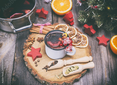 Plakat mulled wine in an iron mug and ingredients