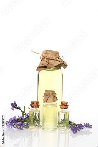 Aluminium Lavendel Lavender oil. Four transparent glass bottles with lavender oil, lavender flowers on a white background. Botanical cosmetics concept