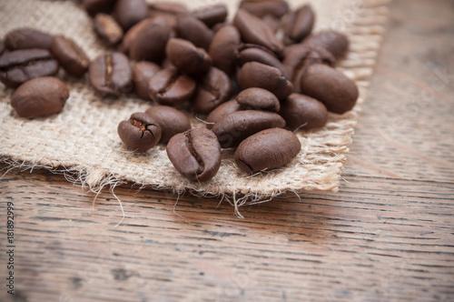 Staande foto Koffiebonen grains de café sur table en bois
