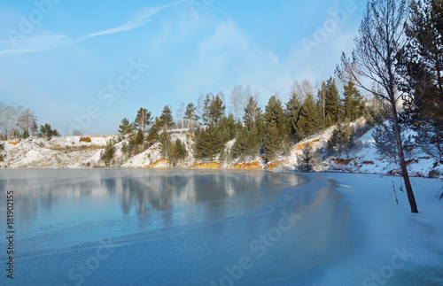 In de dag Pool Winter landscape with freezing lake shore in sunny cold day