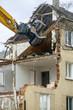 Leinwanddruck Bild - Bagger beim Abriss eines alten Wohnhauses