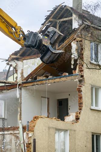Leinwanddruck Bild Bagger beim Abriss eines alten Wohnhauses
