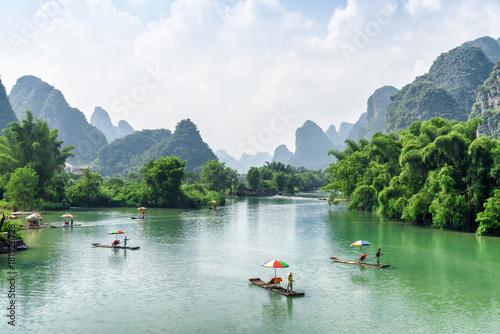 Plexiglas Bergrivier View of tourist bamboo rafts sailing along the Yulong River